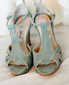 Colorful Bridal Shoes a look full of life! - marie dubois - - Chaussures de mariée colorées 2017 : un look plein de vie ! Colorful Bridal Shoes a look full of life! - Organize a Wedding Marie Dubois, Colorful Wedding Shoes, Colorful Shoes, Green Wedding Shoes, New Yorker Mode, Traditional Gowns, Street Style Shoes, Shoes 2017, Bridal Fashion Week