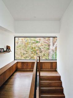 Belle fenestration et contraste avec le bois au plancher et le blanc et la clarté des murs et plafond. Pour un résultat contemporain et épuré.