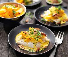 Saffran är den stora hemligheten i denna utsökta fiskrätt. Torsken steks färdigt i ugnen och du har god tid på dig att förbereda de krämiga palsternackorna. Dessa kokas mjuka tillsammans med buljong och saffran och vänds sedan ned i smetana. Serveras med mandeltoppad torsk och nykokt potatis.