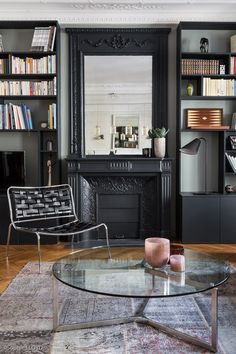 Lounge area with custom library for this Parisian apartment of 180 Renovation by Caroline ANDREONI agency Source by caroandreoni Apartment Dining, Chic Living Room Decor, Living Dining Room, Apartment Interior, Apartment Decor, Lounge Areas, Trendy Apartment, Parisian Apartment Decor, Parisian Living Room