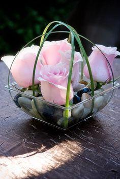 Rosas en canasta de alambre con piedras.