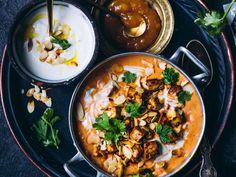 Mausteinen ja lämmittävä intialainen kasviskorma on nopea ja helppo arkiruoka. Kookoskerma, tomaatti, perusmausteet ja paistettu tofu, check! Meat Recipes, Vegetarian Recipes, Healthy Recipes, Veggie Bites, Tofu, Salty Foods, Molecular Gastronomy, International Recipes, I Love Food