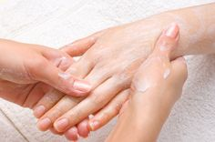 Avec ce gommage vos mains seront douces ! Mettez 2cc de bicarbonate de soude dans le bol. Ajoutez-y 1cc d'huile d'olive. Mélangez. Massez vos mains avec ce gommage maison. Rincez à l'eau tiède, puis essuyez les mains.