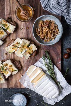 Selbstgebackenes Maronenbrot mit Geramont Camembert, karamellisierten Walnüssen, Honig und Rosmarin #geramont #cestbon