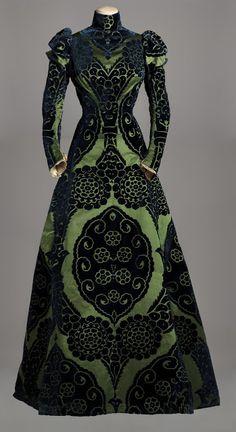 Worth, tea gown, vers 1895. Collection Musée Galliera  Façonné de soie à fond satin vert et motifs en velours coupé bleu nuit, doublure en taffetas de soie vert. © musée Galliera, Ville de Paris, droits réservés,