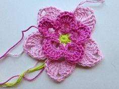 """22. Dezember 2012 * Häkelblüte """"Magnolia"""" * nadelspiel Adventskalender 2012"""