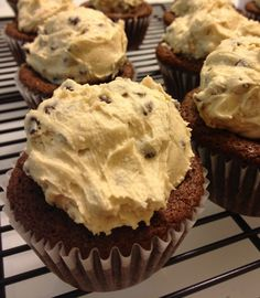Brownie Cupcakes with Cookie Dough Frosting Ummm. Yummy Treats, Delicious Desserts, Sweet Treats, Yummy Food, Cupcake Cake Designs, Cupcake Cakes, Cupcake Ideas, Baby Cakes, Cup Cakes