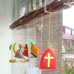 Sint Nicolaas en zijn Maatjes Piet: Raamversiering, bos takken met vilten Sinterklaas symbolen....