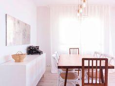 Vista del comedor con la mesa, las sillas y un aparador