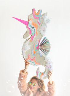 DIY Seahorse Unicorn Piñata | Una piñata de caballito de mar unicornio. Que adorable! | Oh Happy Day!