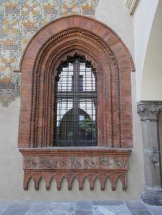 Morso e humilitas (Borromeo) - Palazzo Borromeo, piazza Borromeo 12, Milano. Finestra monofora archiacuta con ghiera in cotto, che si affaccia sul cortile d'onore.
