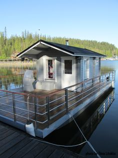 Is it really possible to live on a houseboat?different types of houseboats that are commonly used as fulltime dwellings of vacation homes. Pontoon Houseboat, Houseboat Living, Pontoon Boat, Floating Boat, Floating House, Small Houseboats, Floating Architecture, Shanty Boat, Water House