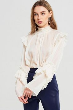 Elena Ruffle Blouse Discover the latest fashion trends. Mode Ootd, Mode Hijab, Mode Pro, Tops Bonitos, Cooler Style, Outfit Essentials, Fashion Outfits, Fashion Tips, Fashion Design