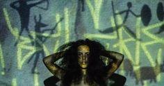 Abordar sobre pixação e pintura rupestre é, acima de tudo, observar o homem no âmbito analítico e não pré-conceituoso, de forma a entender suas expressões de comunicação como arte: é o grito que corta épocas e contrastes sociais para ser, conscientemente ou não, história.    NEORUPESTRE N°1  *foto tirada no estúdio audiovisual do IESB, em Brasília-DF.  Fotógrafo: Victor Martins  Auxiliar: Thauan Sirqueira  Performance: Taís Aragão *Imagens do fundo retiradas do google. Montagem:Mayron…