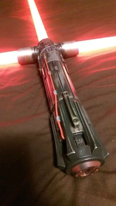 Kylo Ren Black Series Force FX lightsaber with steel wool weathered effect halloween glowstick ideas Kylo Ren Lightsaber, Diy Lightsaber, Lightsaber Design, Star Wars Kylo Ren, Star Wars Rebels, Star Wars Birthday, Star Wars Party, Kylo Ren Cosplay, Anime Weapons