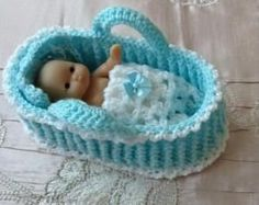 Crochet Moses basket/carry cot/crib for Berenguer Itty Bitty baby doll or similar doll by Diana Benson ycEVd Hand knitted dolls clothes to fit Berenguer Itty Bitty baby doll/Cupcake doll All I need to do now is find a supply of tiny baby dolls. Knitting Dolls Clothes, Baby Doll Clothes, Crochet Doll Clothes, Knitted Dolls, Crochet Dolls, Baby Dolls, Crochet Crafts, Hand Crochet, Crochet Baby