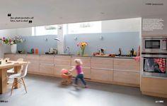 Gekleurde achterwand keuken is mooi. vt wonen - Google zoeken Long Kitchen, Cleaning Wood, Kitchens, Sweet Home, Bathroom, Table, Color, Furniture, Home Decor