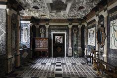 Rosenborg » Marmorgemakket Dette rum var oprindeligt soveværelse for Christian 4.s anden hustru, fru Kirsten Munk. I 1668 lod Frederik 3. værelset udstyre i en pompøs barokstil til forherligelse af den enevældige kongemagt, som var indført 8 år tidligere. Hovedparten af de udstillede genstande i rummet er fra samme periode.