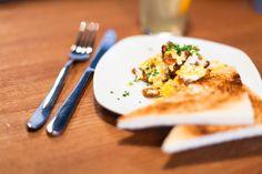 scrambled eggs and toast | photocredit: tony gigov | http://www.diefruehstueckerinnen.at/
