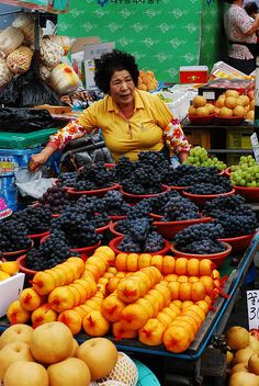 Daegu's famously rich grapes - Korea Note the gorgeous Korean pears in front--a bit different from the Asian pears in the States! Korean Street Food, Korean Food, Isla Jeju, Expo Milano 2015, Expo 2015, Korea Country, Cities In Korea, Living In Korea, Korean Peninsula