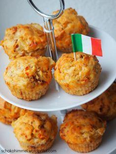 Tomate-Mozzarella (Feta) in Muffinform  Zutaten für ca. 12 Muffins  für die Muffins:  125 g Mozzarella oder Feta// 100 g getrocknete Tomaten in Öl // ½ Bund Basilikum (hatte ich nicht da, ich habe getrockneten genommen) // 250 g Mehl // 2 ½ TL Backpulver // ½ TL Natron // Salz und Pfeffer nach Geschmack // 1 Ei // 200 ml Buttermilch // 60 ml Olivenöl //  wer mag zur Deko:  100 g Frischkäse // 150 g Cocktailtomaten // Basilikum