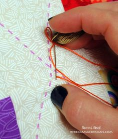 Sew Quilt Nice tutorial on big stitch, including burying your knots, which is something with which I always struggle. How to hand quilt with perle cotton - big stitch quilting tutorial Quilting For Beginners, Quilting Tips, Quilting Tutorials, Machine Quilting, Quilting Projects, Crazy Quilting, Hand Quilting Patterns, Hand Embroidery Stitches, Free Motion Quilting