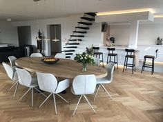 No issues with the foot of the table - everyone can sit around the table. Oval Dinning Table, Oval Kitchen Table, Dinning Room Tables, Wooden Dining Tables, Esstisch Design, Small Room Bedroom, Living Room Modern, Home Furniture, Sweet Home