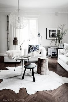 ダークブラウンの床に、白いカウハイドラグが新鮮な印象を与えるインテリア。水たまりのような模様がお部屋の素敵なアクセントになります。