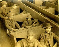 Billede: George Bretz. En breaker dreng var en kulminearbejder i USA og Storbritannien. Der med hånden adskilte urenheder fra kullene.