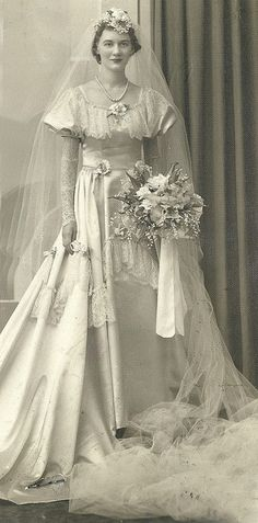 +~+~ Vintage Photograph ~+~+  1930s-1940s Bride long veil