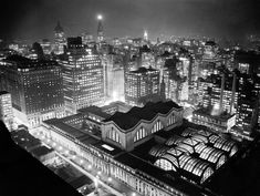 Penn Station, New York City c. 1942 (before it was destroyed to look the way it does today) New York Architecture, Black And White City, Pool Picture, Pennsylvania Railroad, New York Photos, Vintage New York, Master Plan, City Photography, The New Yorker