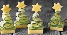 Cucumber and cheese snack as a fir tree Recipes Fresh cucumber paired with creamy cheese as a Christmas finger food. Cucumber and cheese snack as a fir tree Recipes Fresh cucumber paired with creamy cheese as a Christmas finger food. Holiday Party Appetizers, Appetizers For Kids, Easter Appetizers, Snacks Für Party, Skewer Appetizers, Finger Food Appetizers, Christmas Finger Foods, Cheese Snacks, Creamy Cheese