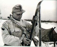 Februar 1944, Ukraine, Pripiat, Ein Soldat der 1. Skijäger-Division, bewaffnet mit einem StG 44 prepariert seine Ski