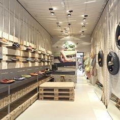 Situada en Barcelona, esta curiosa zapatería ha sido decorada por medio de palets y otros materiales que se pueden reutilizar como neumáticos y cuerdas.