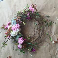 Natural + gathered wreath. FLOWER BAR Flowerbarco.com