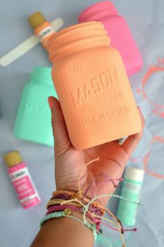 Beach Chic: DIY Painted Mason Jars Pura Vida Bracelets - Coral, pink and turquoise are perfect for summer. Make these painted Mason jars and then use them to organize your pencils, make up brushes, kitchen utensils. Mason Jar Projects, Mason Jar Crafts, Mason Jar Diy, Diys With Mason Jars, Do It Yourself Inspiration, Idee Diy, Painted Mason Jars, Mason Jar Painting, Bottles And Jars