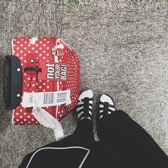 """Nenhum item do armário é tão """"man repeller"""" que não possa ficar mais ainda quando associado a um par de meias. Esse é meu ~look de aeroporto~, desculpe sociedade! ¯\_(ツ)_/¯"""