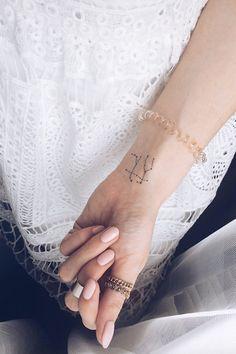 21 Gemini Tattoos That Let You Wear Your Zodiac Pride on Your Sleeve - Inspirations - Minimalist Tattoo Bad Tattoos, Small Tattoos, Sleeve Tattoos, Cool Tattoos, Tattoo Sleeves, Awesome Tattoos, Pretty Tattoos, Twins Tattoo, Tattoo Soeur
