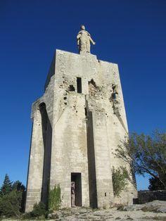 La tour des templiers est haute de 20 métres.