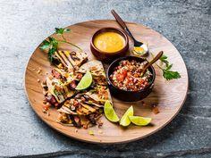Quesadillas med entrecôte, salsa, tex-mex rub, ostedipp og tex-mex bønnedipp Sandwiches, Tex Mex, Cheddar, Poultry, Salsa, Quesadillas, Bbq, Curry, Food Porn