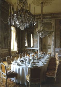 la fête. Tablecloth to the floor, crystal chandeliers, cloth napkins, tufted chairs. Back to glamour ladies.