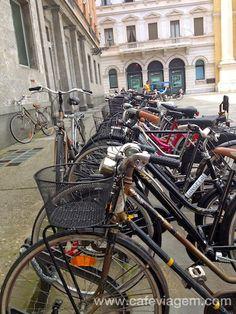 """Estacionamento de bikes na Piazza Garibaldi - """"Parma e suas elegantes magrelas"""" by @Alex Leichtman Aranovich"""