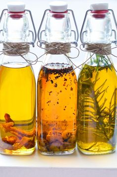 Make delicious homemade infused olive oils for your friends and family. Garlic, lemon, and rosemary infused olive oils great as gifts. Flavored Olive Oil, Garlic Infused Olive Oil, Flavored Oils, Infused Oils, Olives, Homemade Food Gifts, Homemade Products, Homemade Seasonings, Seasoning Mixes