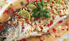 อาหารไทย สูตรอาหาร เมนูอาหาร พร้อมวิธีการทำ: สูตรปลากระพงนึ่งมะนาว อร่อยแซ่บเวอร์ จานนี้ต้องลอง