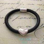Musta kierros sydämellä 24.95 € #leatherbracelet #nahkarannekoru #sydän #heart