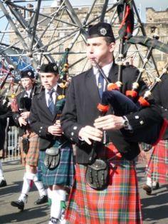 スコットランドの魅力、民族衣装を着た紳士達がパレード。スコットランドの魅力