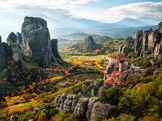 Kalambaka'da yalçın kayalar üzerine kurulu 24 manastırın olduğu Meteora Bölgesi'nde yapacağınız gezi ile büyüleneceksiniz.