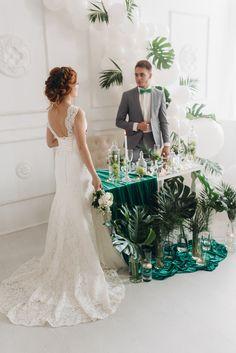 Идеи для свадьбы в тропическом стиле | Tropical leaf palm white balloon arch greenery wedding bride dress