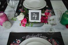 Декор стола. Номер стола в рамке написан мелом. Яркие цветы оживляют черно-белую гамму.