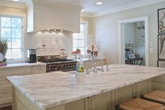 Ways To Choose New Cooking Area Countertops When Kitchen Renovation – Outdoor Kitchen Designs Marble Countertops Kitchen, Kitchen Worktop, Elegant Kitchens, White Marble Kitchen, White Marble Kitchen Countertops, Granite Countertops Kitchen, Kitchen Design, Replacing Kitchen Countertops, Outdoor Kitchen Countertops